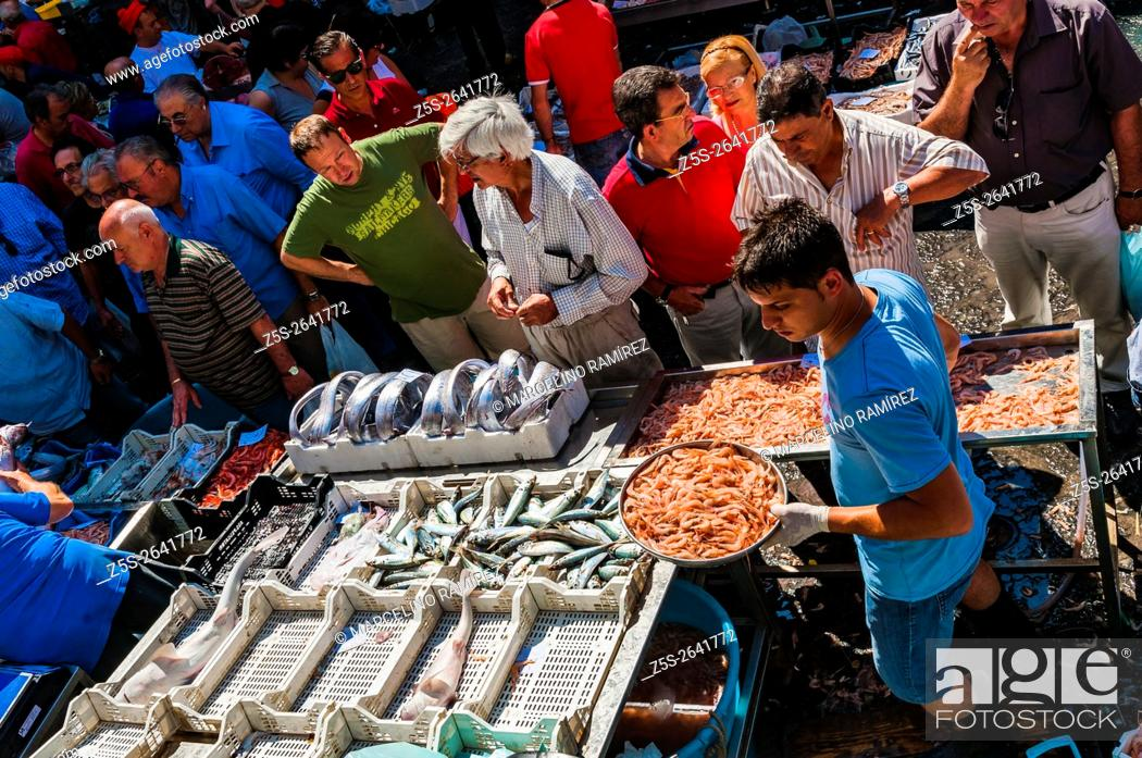 Sellers and buyers on the famous fish market in Catania, Stock Photo
