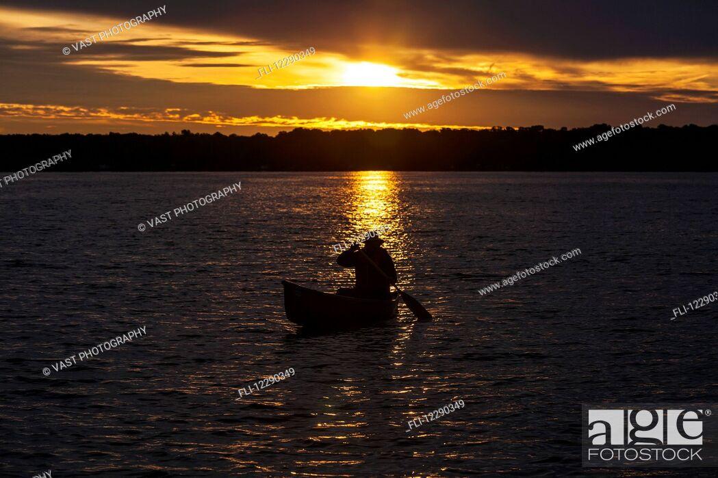 Imagen: Man paddling canoe at sunrise on Balsam Lake; Ontario, Canada.