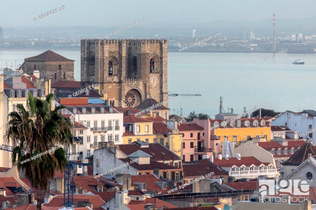 Imagen: Se Cathedral frontage Tagus Alfama district Lisbon Portugal.