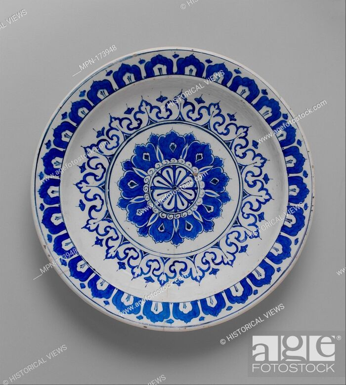 Imagen: Dish with 'Kaleidoscope' Design. Object Name: Plate; Date: ca. 1580-85; Geography: Made in Turkey, Iznik; Medium: Stonepaste; polychrome painted under.