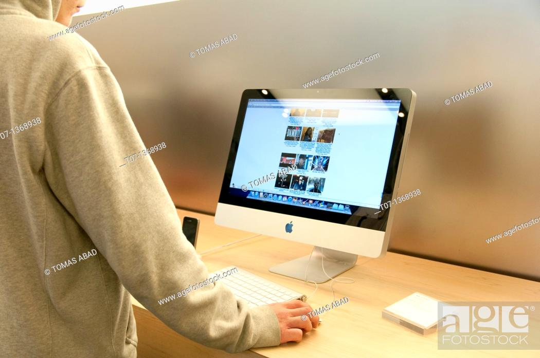 Stock Photo: MacBook Pro, Apple Retail Store, 5th Avenue, New York City, March 5, 2011.