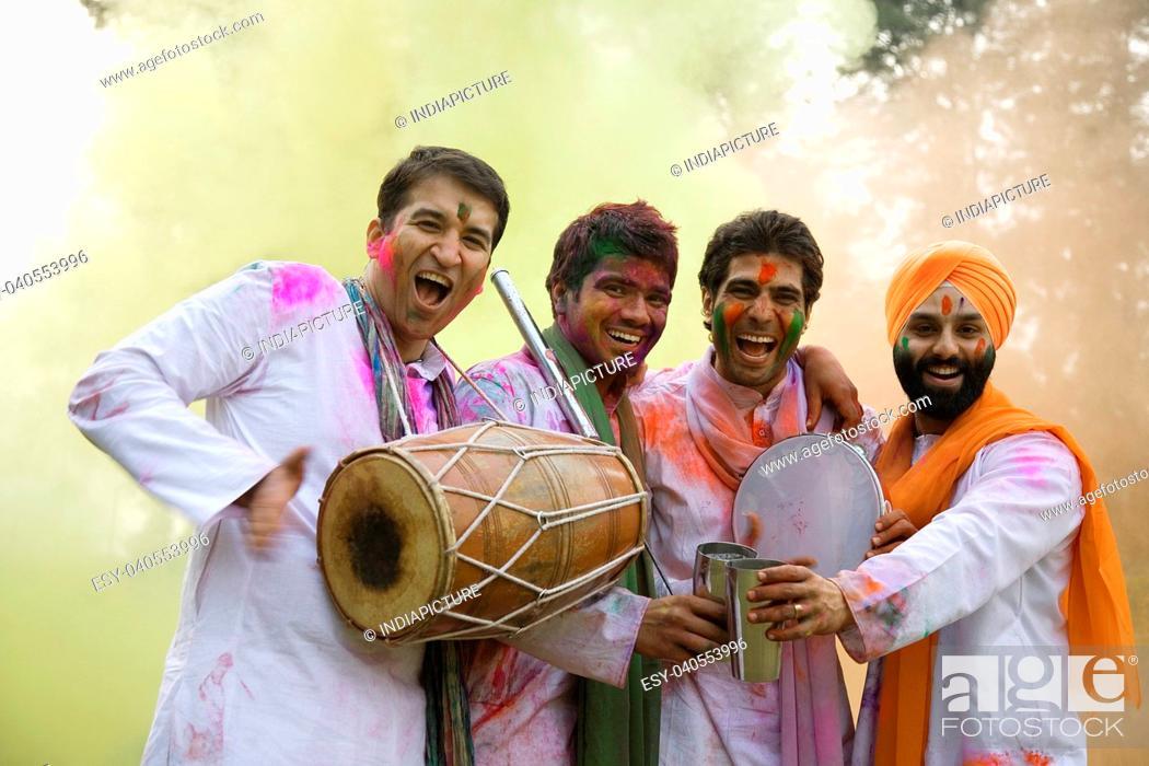 Imagen: Men celebrating Holi.