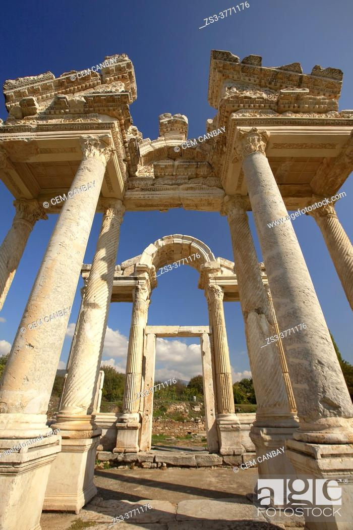 Imagen: View to the Tetrapylon at Aphrodisias Archaeological Site, Geyre, Aydin Province, Asia Minor, Turkey, Europe.