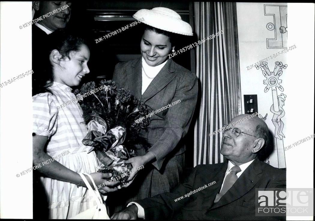 Photo de stock: Aug. 13, 1957 - Pablo Casals and Wife Receive Flowers from Exile, Irene Havre (Credit Image: © Keystone Press Agency/Keystone USA via ZUMAPRESS.com).