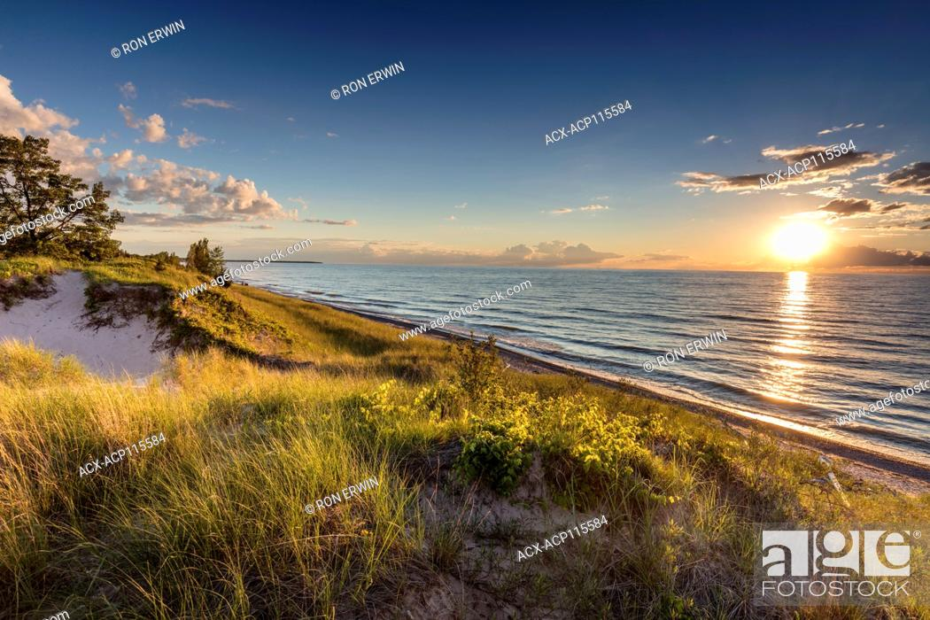 Imagen: Lake Huron shoreline at Burley Beach in the Pinery Provincial Park, Ontario, Canada.