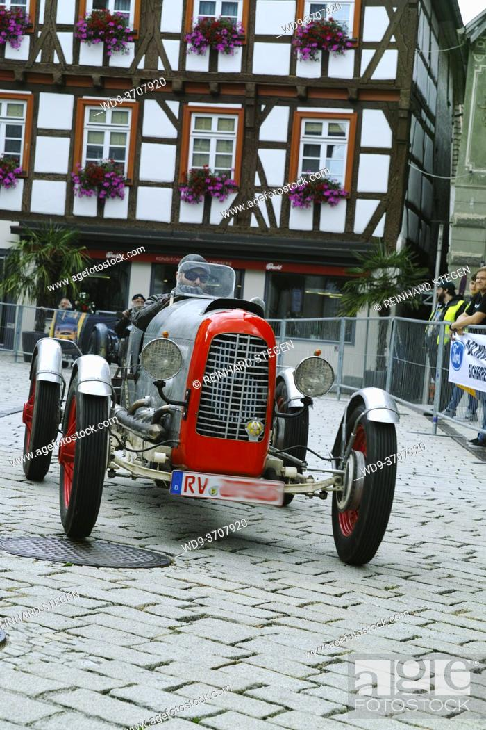 Imagen: old single seater racing car on cobblestone street in historic city center of Messkirch.