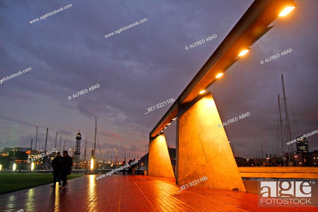 Imagen: sunset on the port access walkway, Barcelona, Catalonia, Spain.