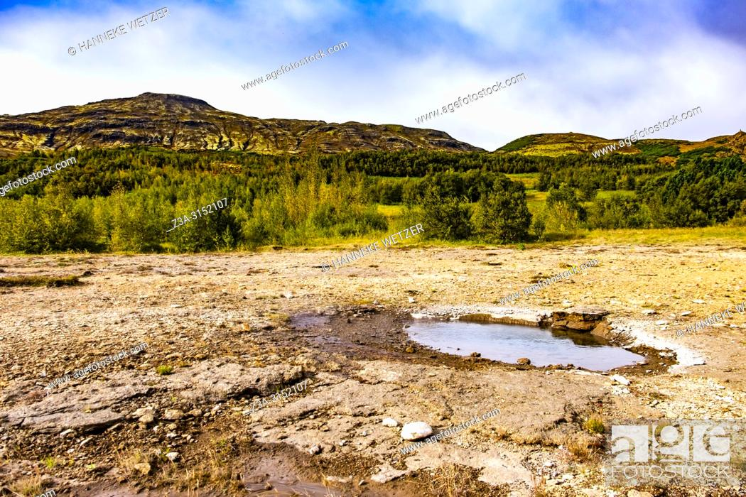Imagen: Little hot spring in the geothermal area of Haukadalur Valley, Southwest Iceland.