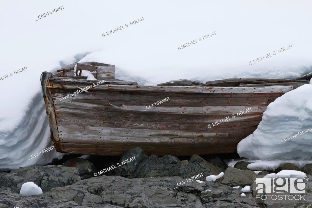 Imagen: Abandoned water boat from 20th century whaling efforts in Foyn Harbor in the Enterprise Islands, Antarctica, Southern Ocean.