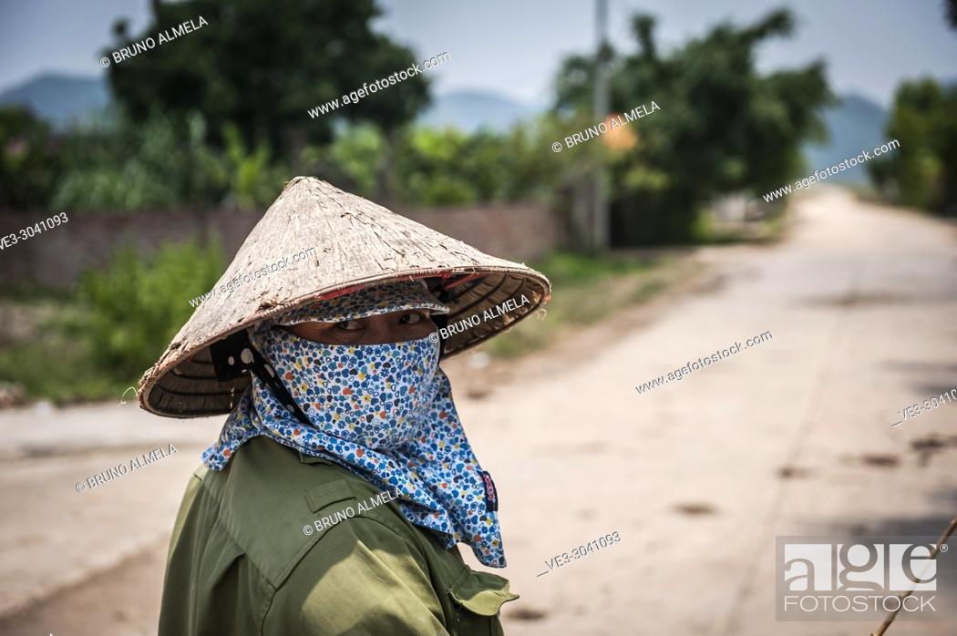 Imagen: Vietnamese farmer in Dong Tam (Ninh Binh province, Vietnam).