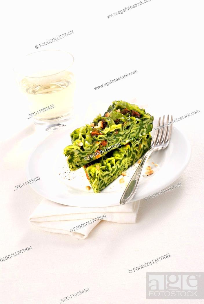 Photo de stock: Frittata verde alle reginette (Italian herb & pasta omelette).