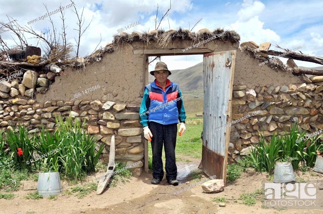 Stock Photo: Portrait of a man in a yard gate, Bolivian Altiplano highlands, Departamento Oruro, Bolivia, South America.