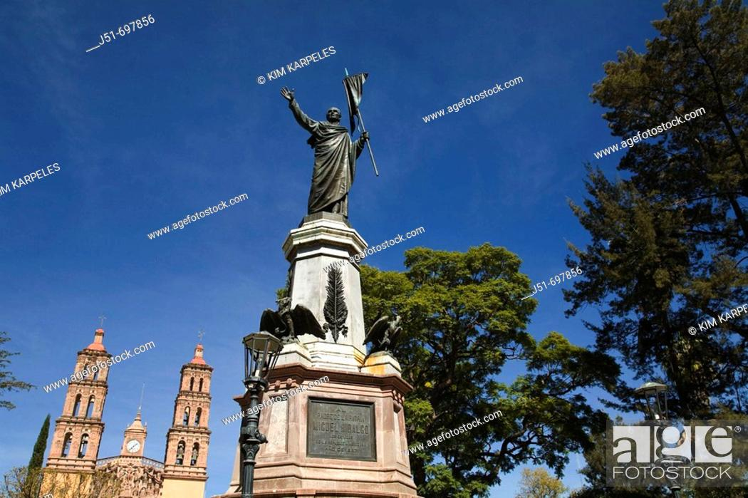 Imagen: Miguel Hidalgo monument in plaza, honor Father of Mexican Independence, city where cry of freedom made, twin church towers  Dolores Hidalgo, Mexico.