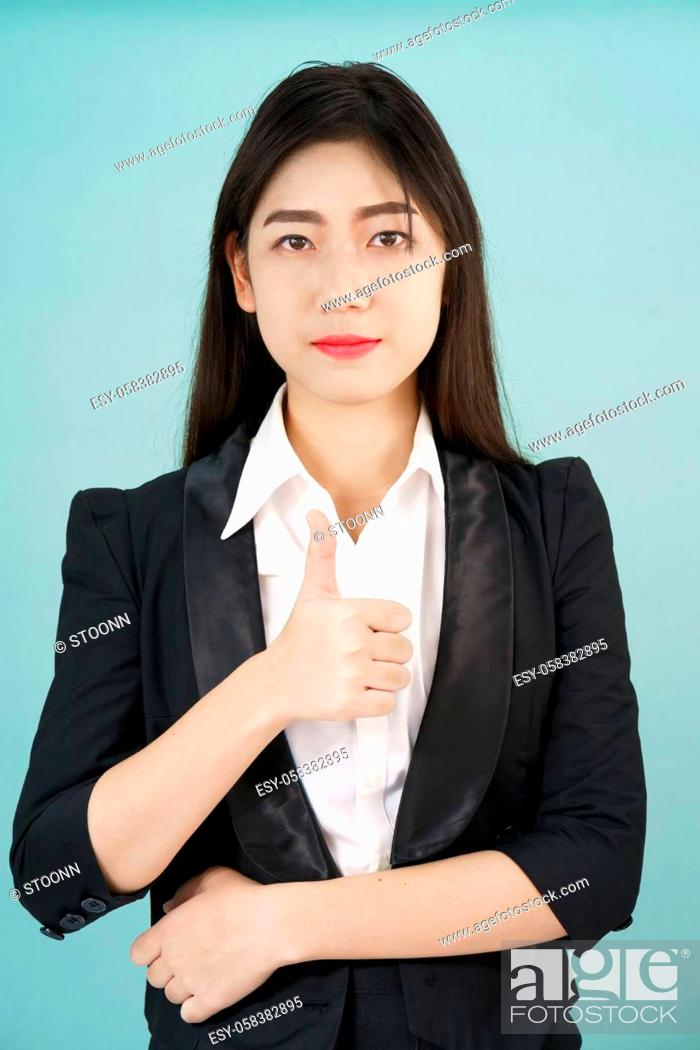 Imagen: Asian business women in suit and thump up hand sign.