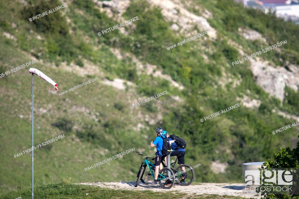 Stock Photo: 05 June 2019, Bavaria, Gerolfingen: Cyclists take a break at Hesselberg. Hesselberg is the highest elevation in Middle Franconia.