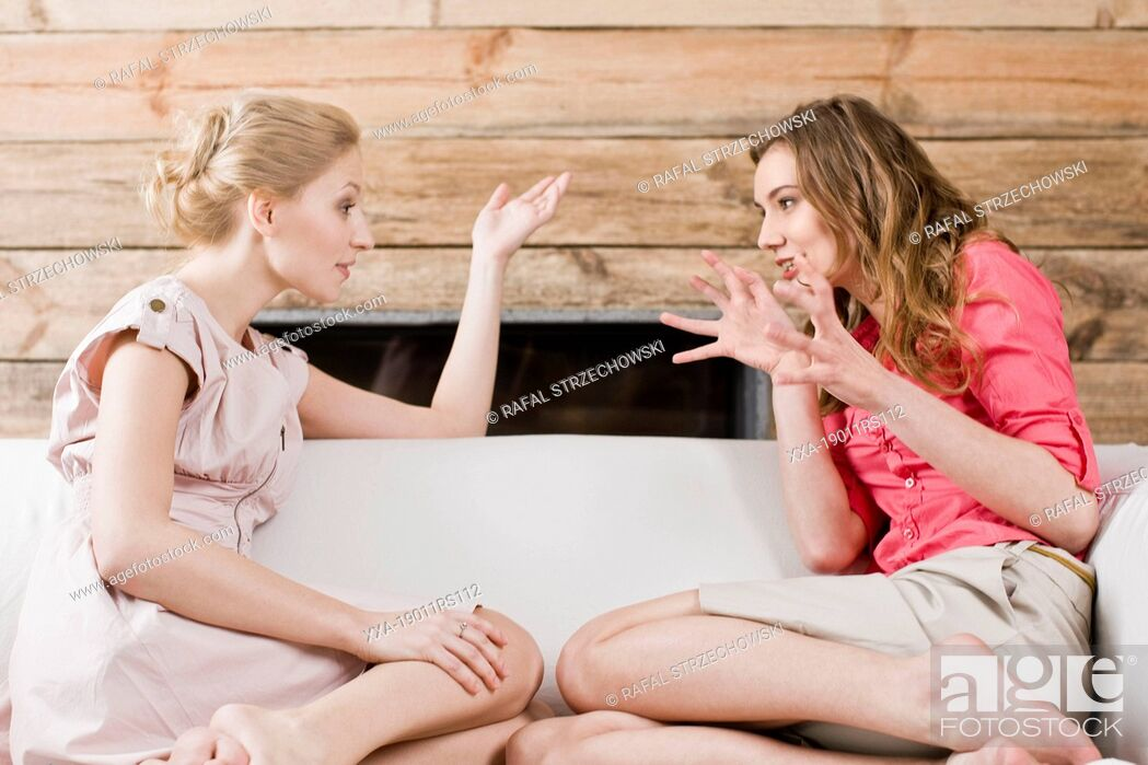 Imagen: Women gossiping on sofa.