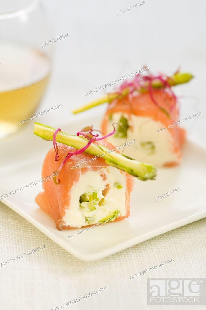 Stock Photo: Pincho de salmon marinado, ajos frescos y esparragos con mayonesa.