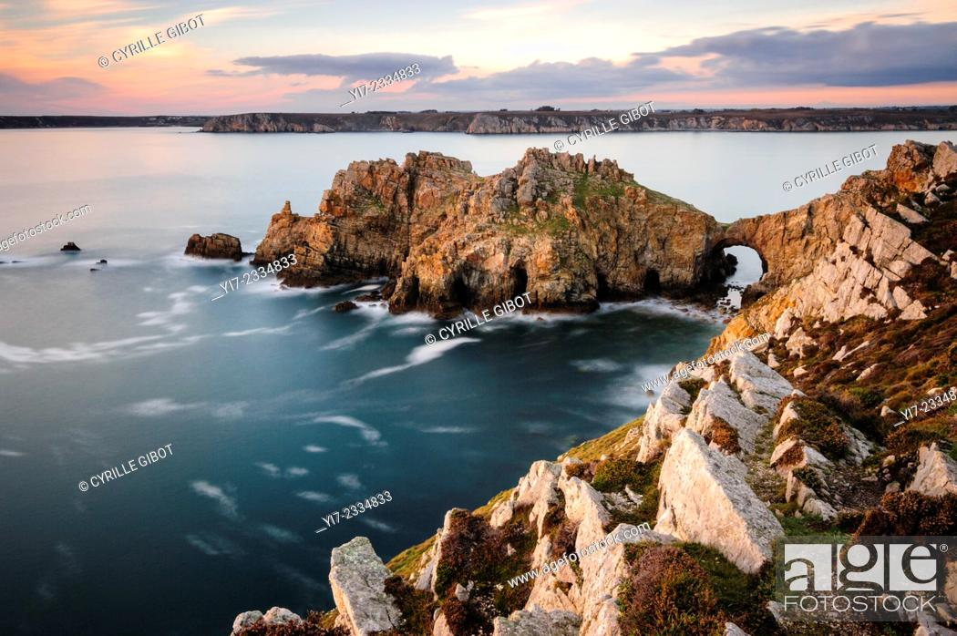Stock Photo: The so-called 'Dinan Castle' rock formation, Crozon Peninsula, Finistere, Brittany, France.