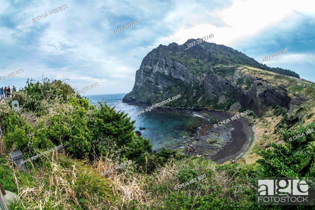 Imagen: Secluded beach on the slopes of Ilchulbong volcanic cone, Jeju-Do, South Korea.