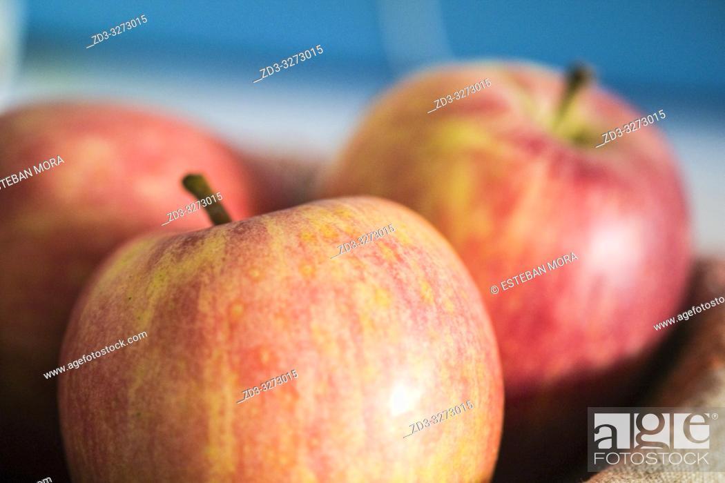 Imagen: Red Apples on blue background.