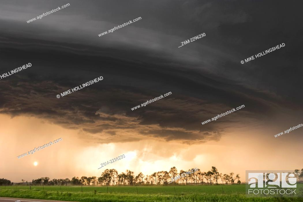 Imagen: Sun shines under long-lived supercell moving across northeast Nebraska May 28, 2004, almost following highway 12 from Niobrara down to Sioux City perfectly.