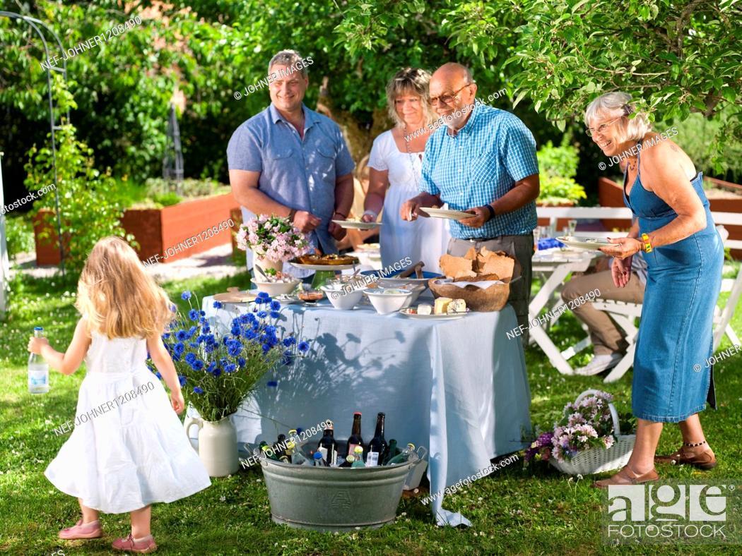 Imagen: Family having party in garden.