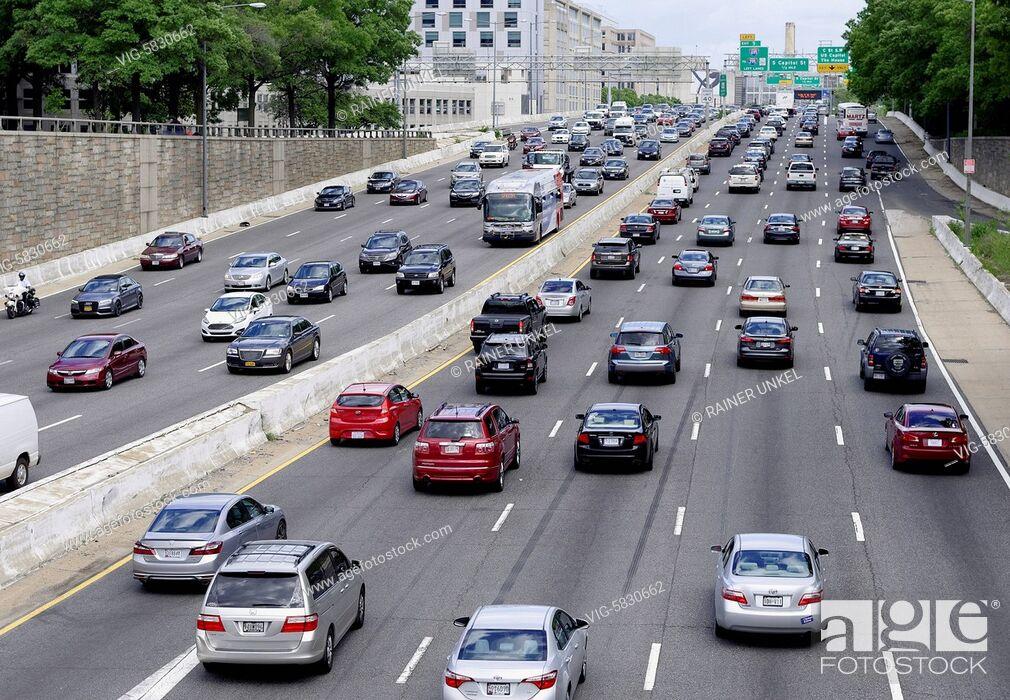 Imagen: USA : Traffic on inner city highway in Washington , 26.05.2017 - Washington, District of Columbia, USA, 26/05/2017.