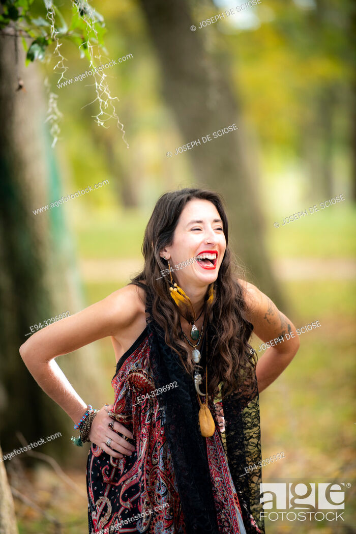 Photo de stock: A beautiful 32 year old brunette woman laughing, outdoors.