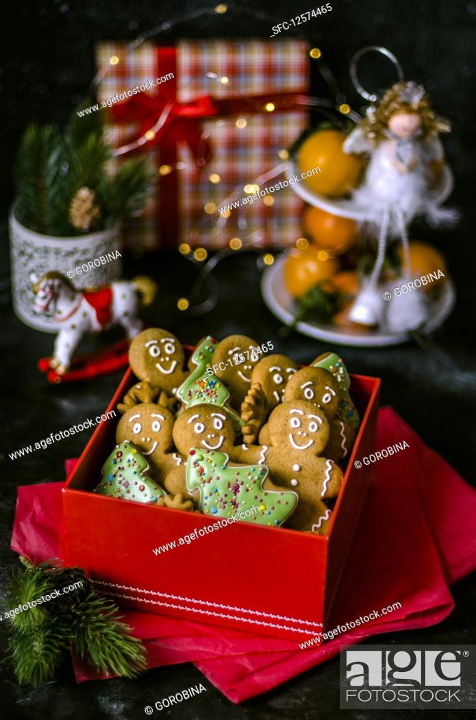 Imagen: Gingerbread men and Christmas tree biscuits in a gift box.