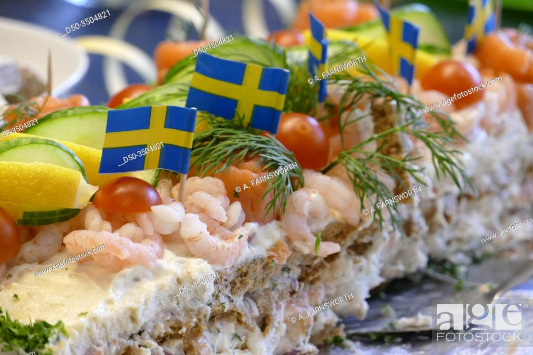 Imagen: STOCKHOLM, SWEDEN A smorgastarta with shrimp and salmon. Literally a sandwich cake.