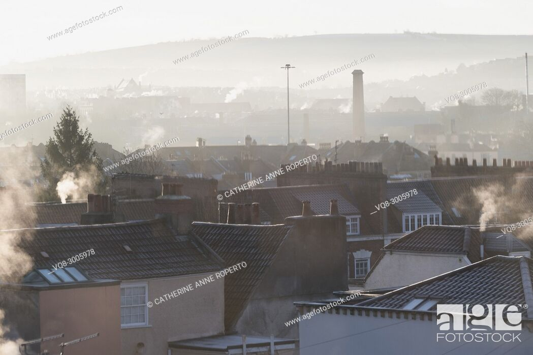 Imagen: Frosty rooftops, smoking chimneys and muted tones as the sun rises over the harbour in Hotwells, Bristol, England.