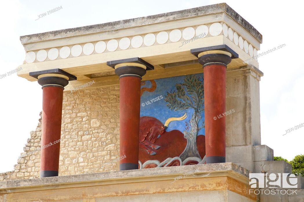 Imagen: North entrance, north pillar hall, Knossos palace archaeological site, Crete island, Greece, Europe.