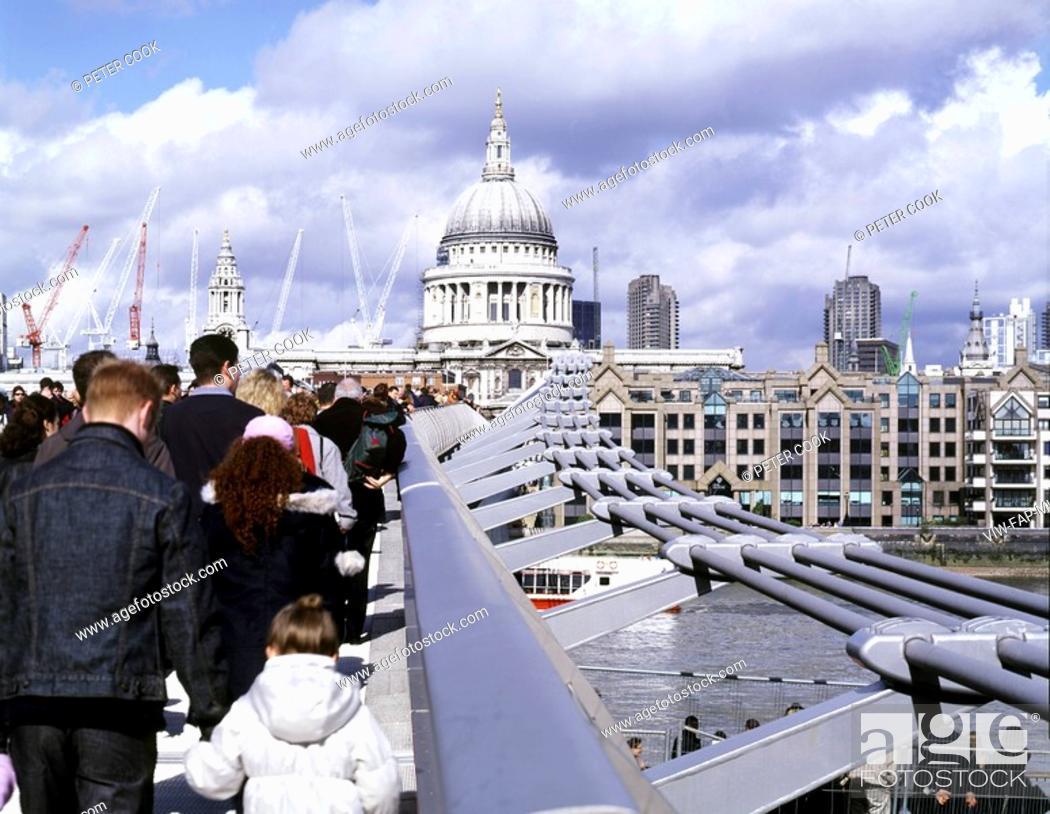 Stock Photo: MILLENNIUM BRIDGE, LONDON, SE1 SOUTHWARK + BERMONDSEY, UK, FOSTER & PARTNERS, EXTERIOR, VIEW FROM BRIDGE TO ST PAULS.