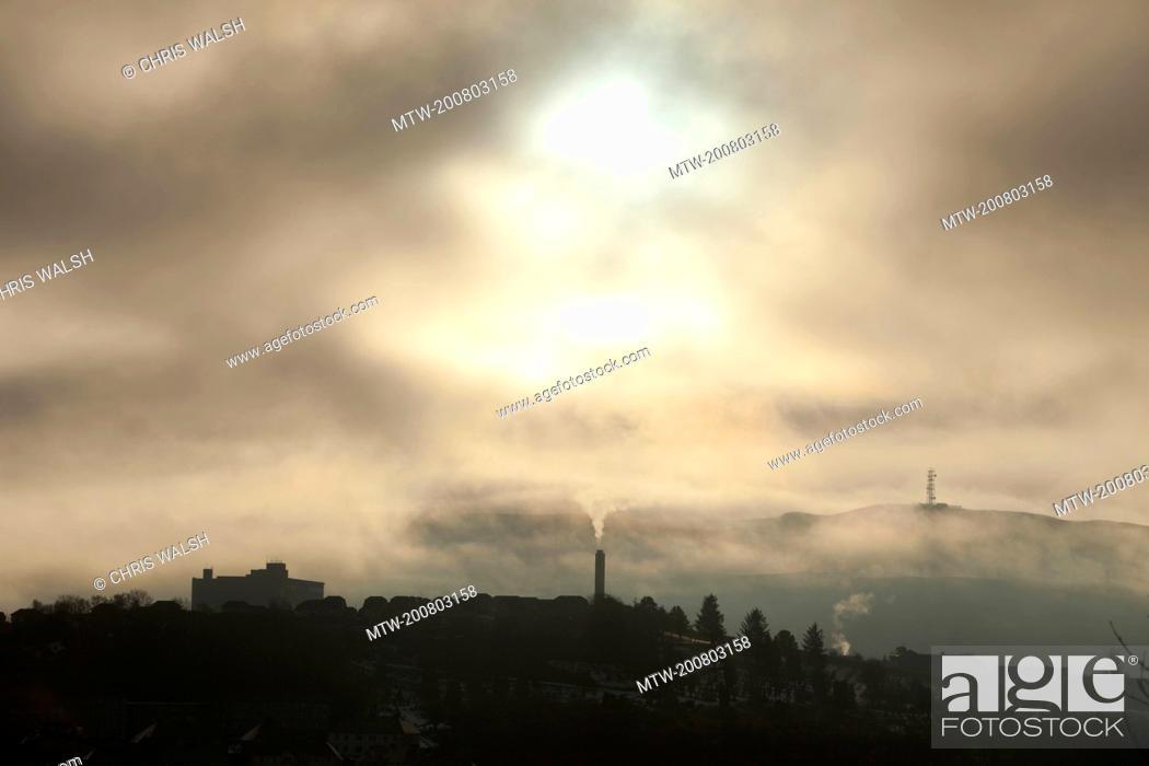 Imagen: Silhouette smog pollution town chimney smoke.