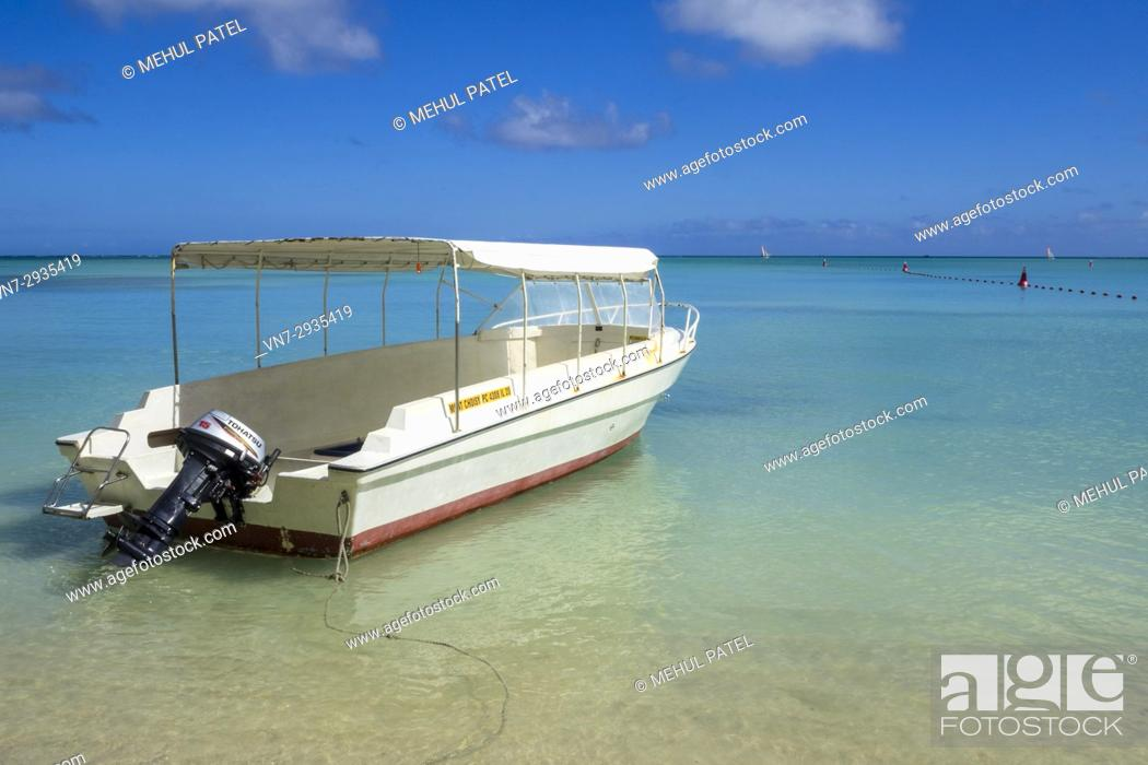 Imagen: Taxi boat moored on Mon Choisy beach, Mauritius, Indian Ocean.