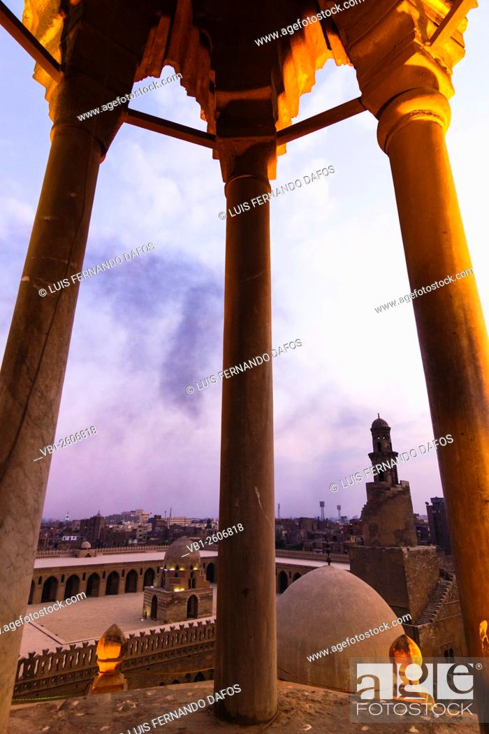Imagen: Ibn Tulun mosque and minaret at sunset. Cairo, Egypt.