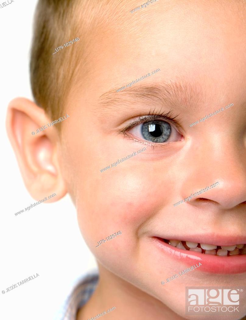 Stock Photo: Retrato de niño de ajos azules  Detalle  Cortado.