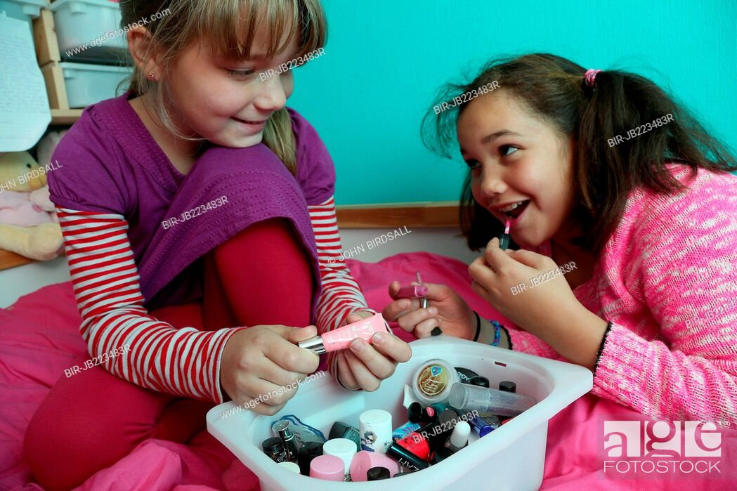 Imagen: Girls playing with make-up.