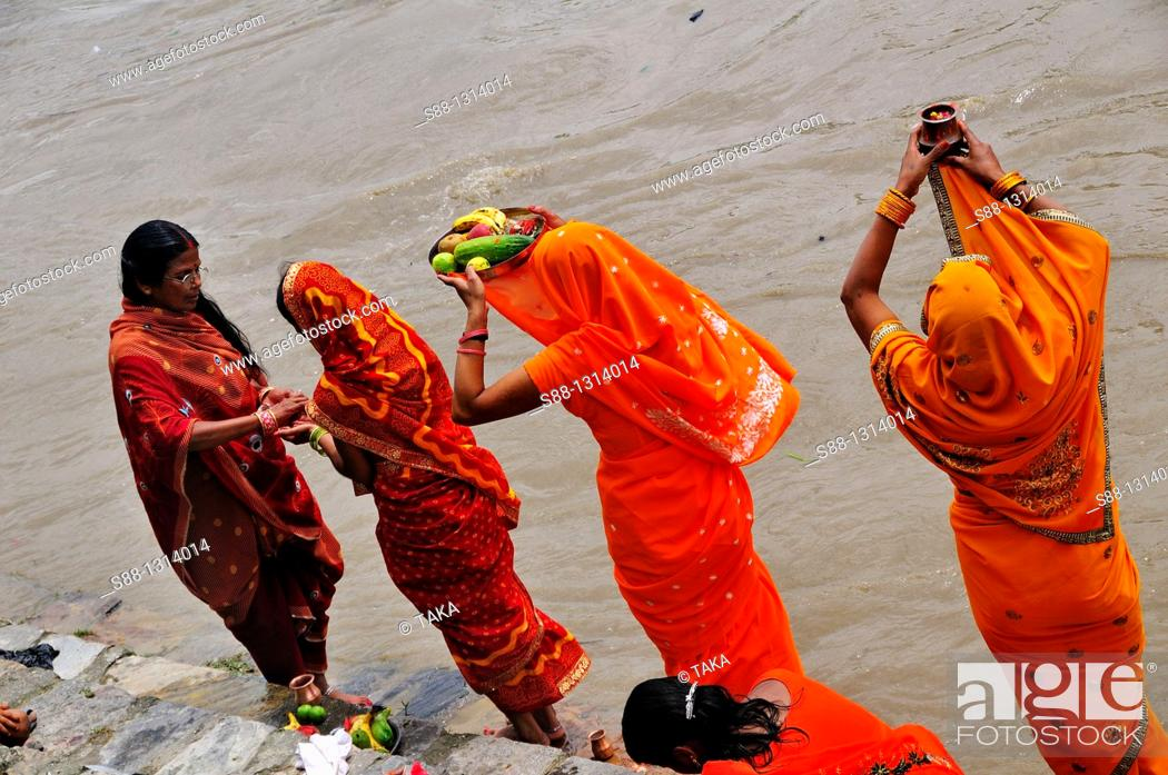 Stock Photo: Women devote and pray to the God by the Bagmati river.
