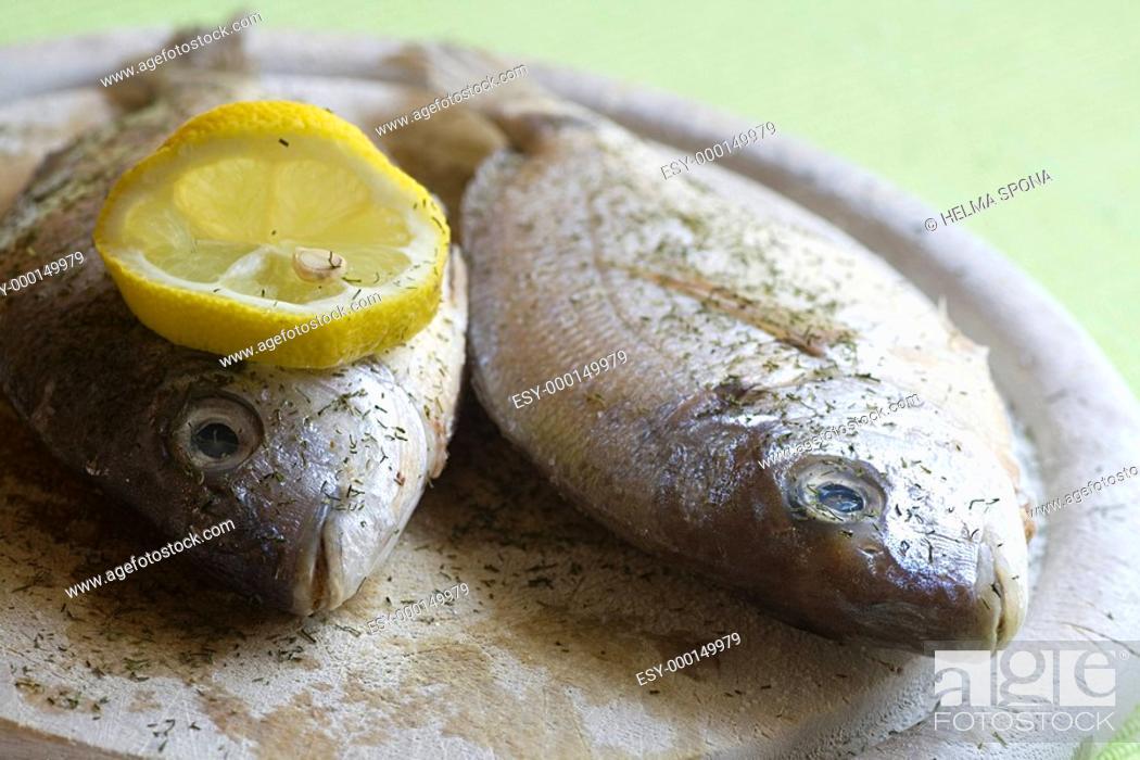 Stock Photo: zwei frische ganze Fische.