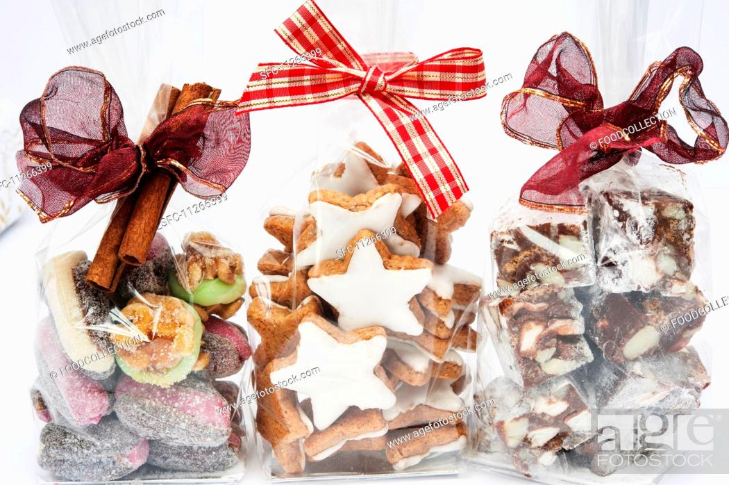 Imagen: Three cellophane bags of Christmas gifts (cinnamon stars, Rocky Road and dates with marzipan).