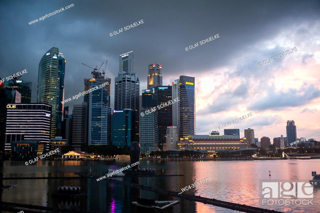 Photo de stock: Singapore, Republic of Singapore, Asia - View of the illuminated city skyline with its skyscrapers of the central business district at Marina Bay during the.