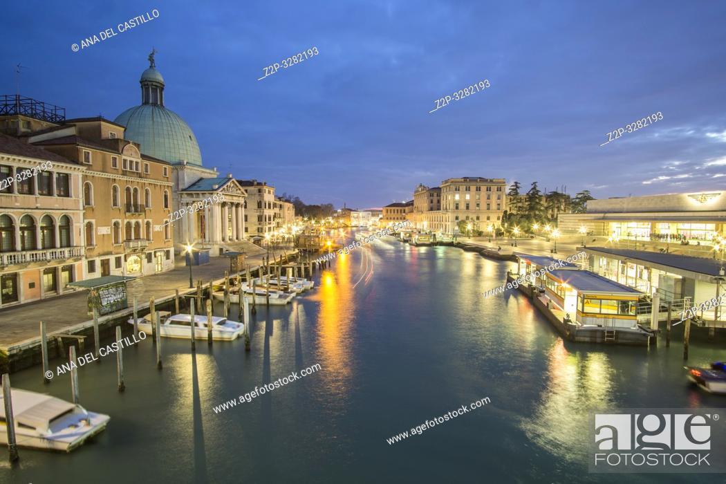 Imagen: Venice Veneto Italy on January 20, 2019: Twilight in Grand Canal.