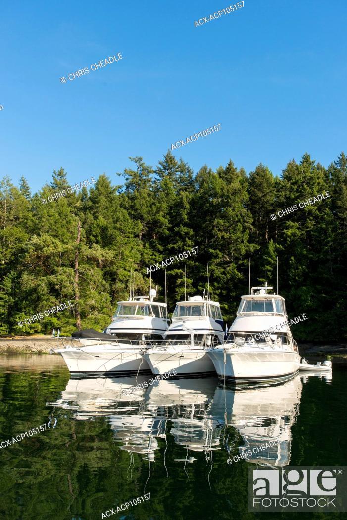 Imagen: Anchored boats at Gulf Islands National Park Reserve, Portland Island, British Columbia, Canada.