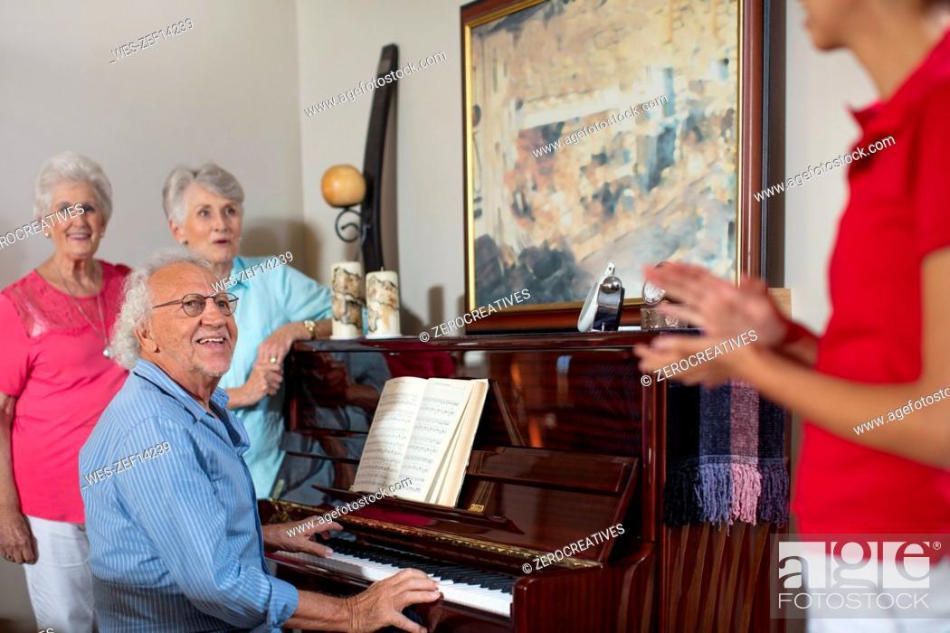 Imagen: Elderly people making music in retirement home.