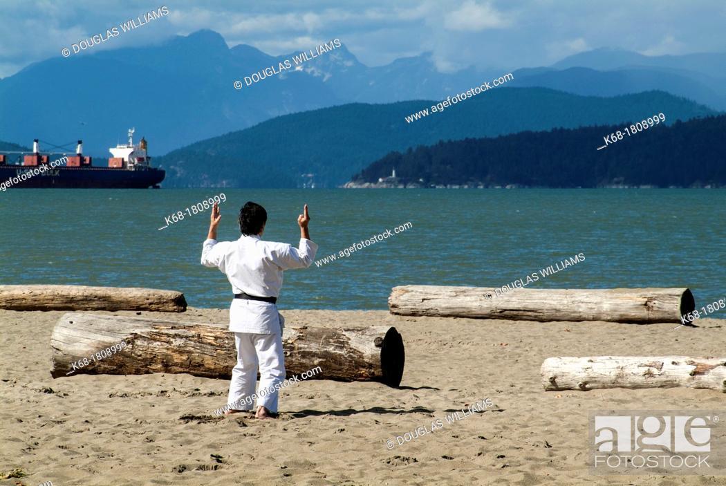 Imagen: a man practices martial art at Locarno Beach in Vancouver, BC, Canada.