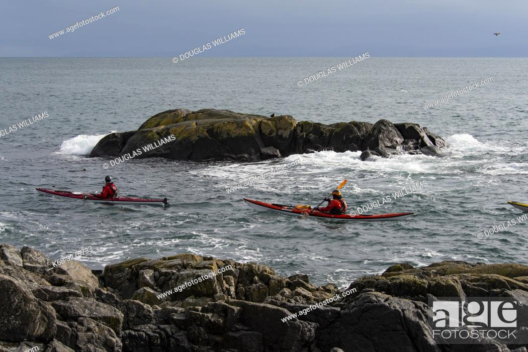 Imagen: Kayakers off East Sooke Park, near Victoria, British Columbia, Canada.
