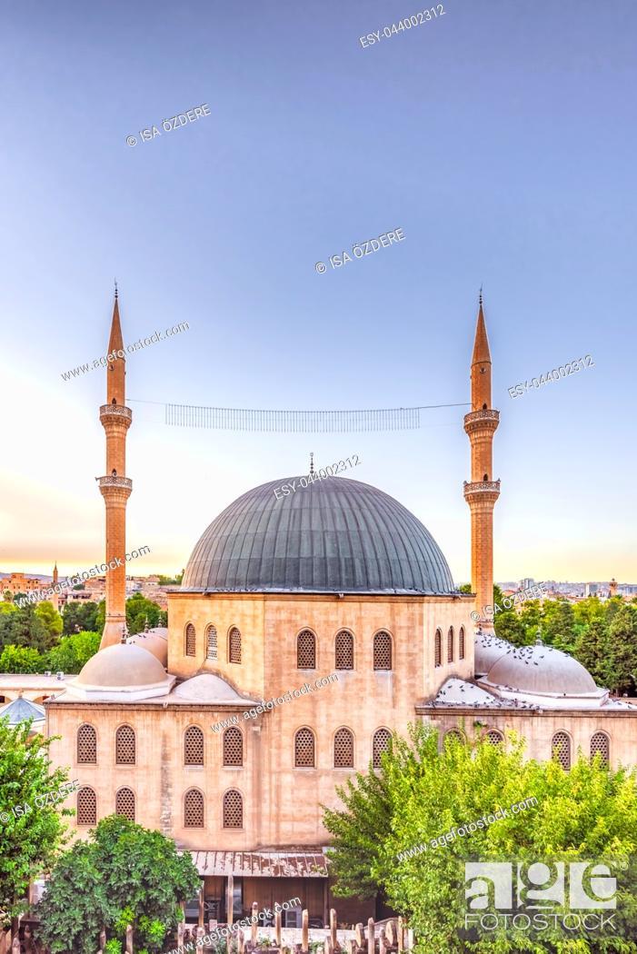 Imagen: View of Mevlidi Halil Mosque,one of landmarks in Sanliurfa,Turkey. 18 July 2018.