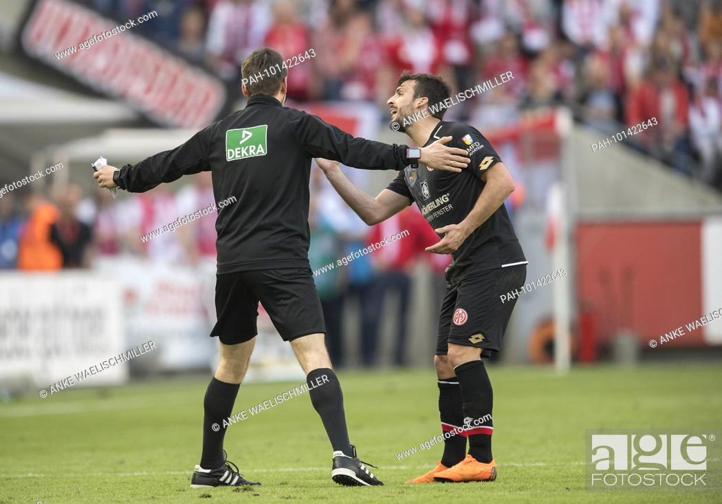 Referee Assistent Daniel Schlager L Fuehrt Giulio Donati R