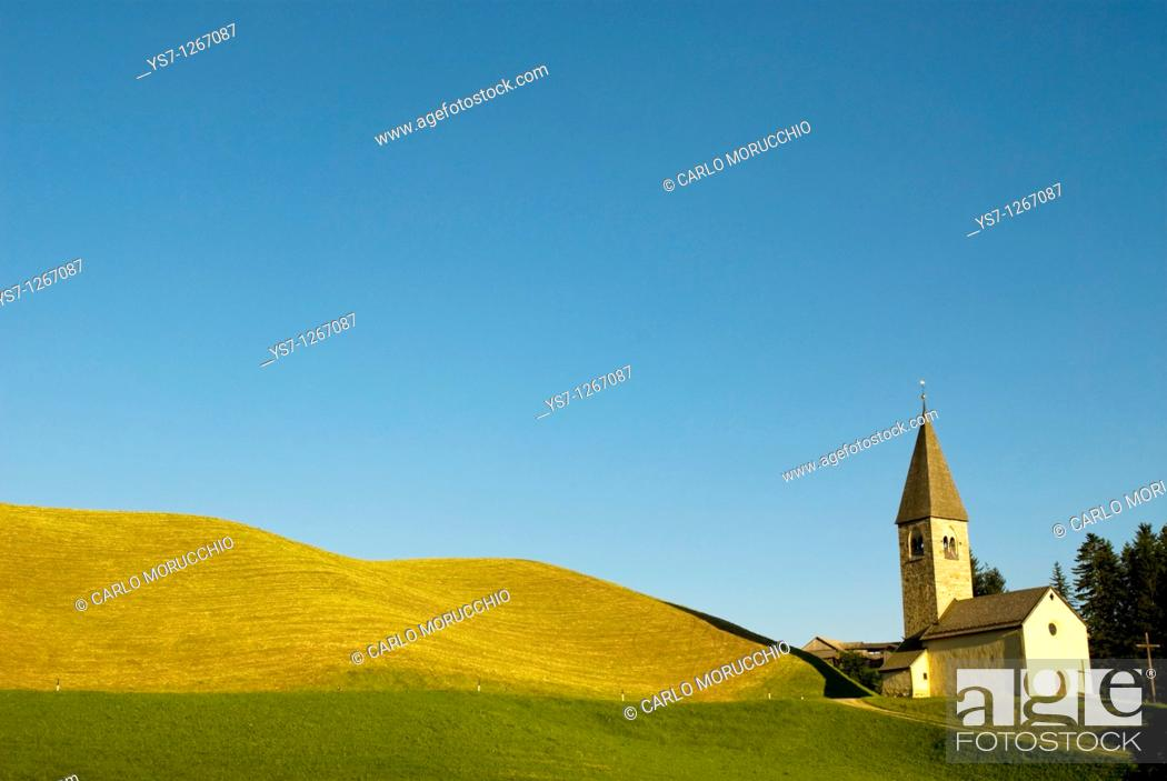 Imagen: Little church close to Terento village, Alto Adige, South Tyrol, Italy.